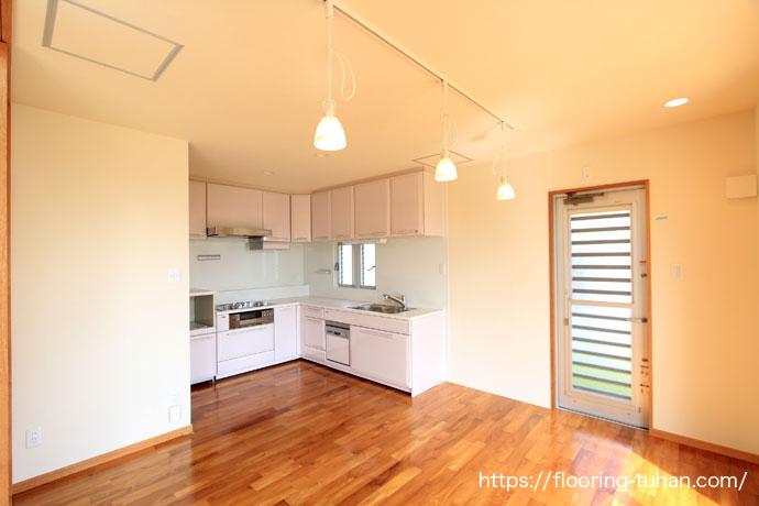 キッチンの床に水濡れに強いチーク無垢フローリングを使用