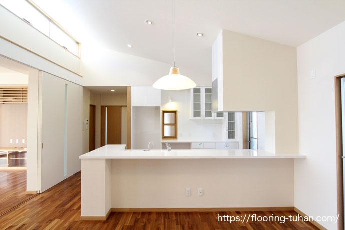 キッチンの床にチーク無垢材を使用(キッチン/台所/無垢材/チーク材)