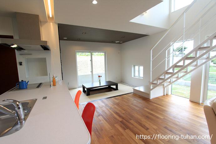 チークフローリングが際立つ白壁が特徴のリビングダイニング(チーク床材)