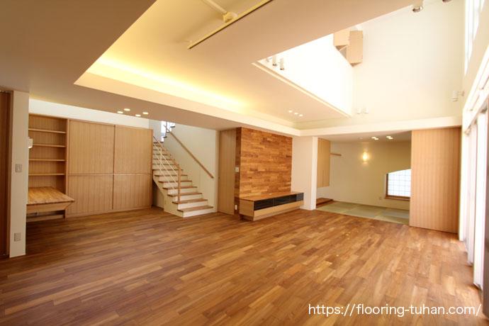 壁などにもチーク無垢材を使用し、空間を統一色で仕上げたリビングダイニング
