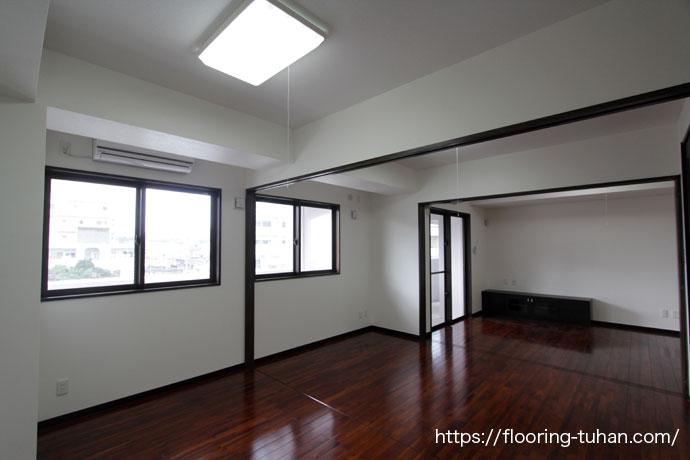 広々とした部屋に高級感あふれるチークフローリングを使用した3世帯住宅