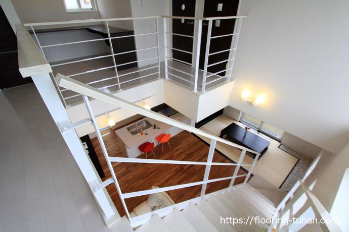 2階から見下ろす、チークフローリングのリビングダイニング(チーク材)