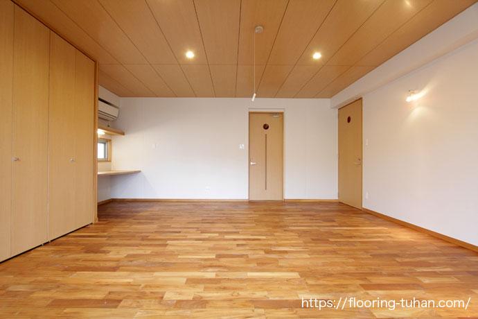 無塗装品のチーク材を使用する事で好みの色合いに仕上げる事ができた、2階寝室(チーク材)
