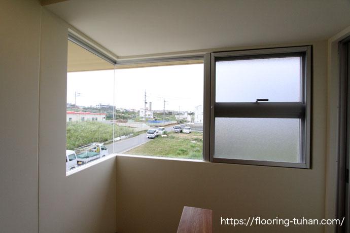 大きな窓のある家(チーク無垢フローリング/チーク材)