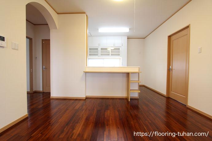 ブラウンチーク材(着色したチーク材)を使用した2階のキッチン