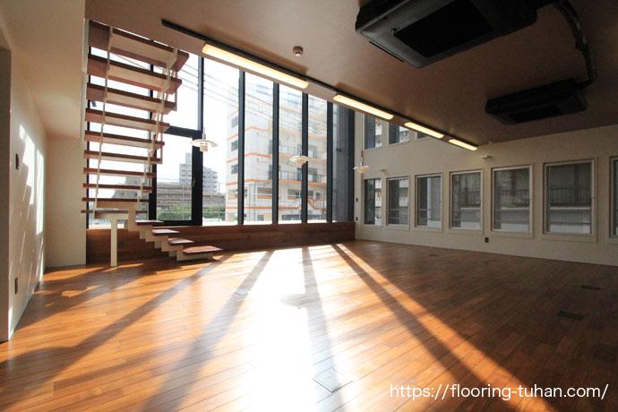 床材に高級チーク材を使用した店舗、チーク材