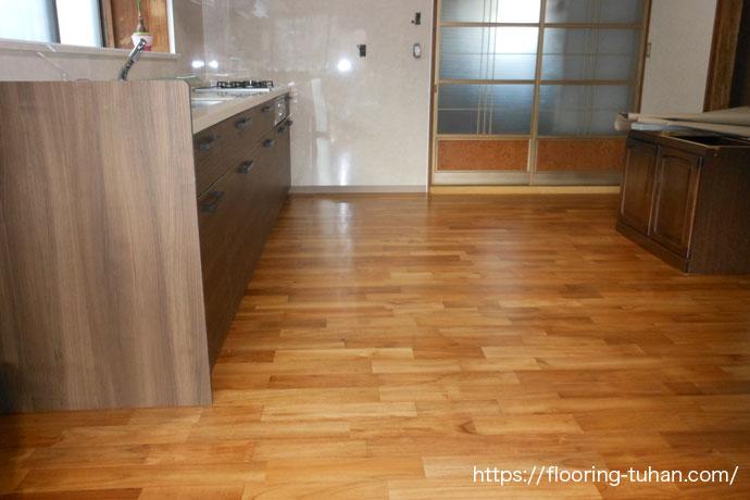 お客様も大満足のブラウンの床、ダイニングキッチンの改装工事でチーク無垢フローリングを使用