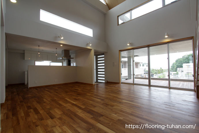 白を基調とした3階建て住宅に、チーク無垢フローリングを使用(チーク無垢フローリング)