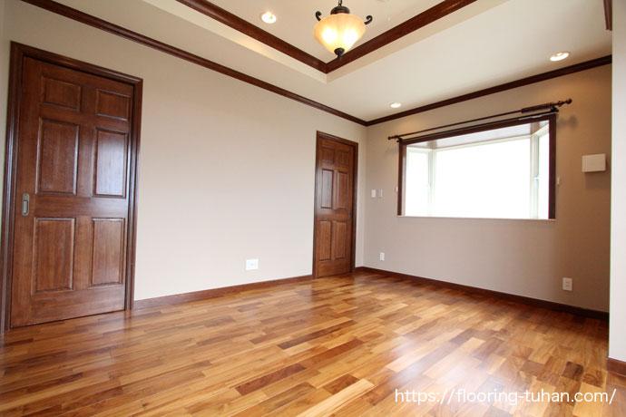 広い空間が印象的なチークフローリングの家