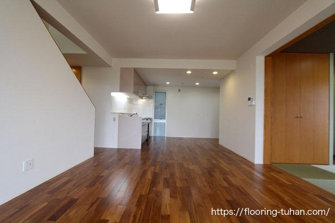 床材をチーク材に決めた、戸建て住宅(2階建て)