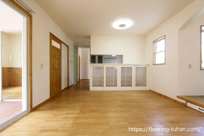 大きな窓のリビング(カバ桜無垢フローリング/床材 カバ桜/無垢床/白フローリング)
