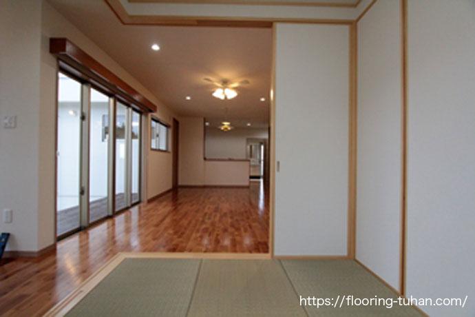 飴色のバーチブラウンと畳の色が優しいお部屋を演出(カバ桜無垢フローリング)