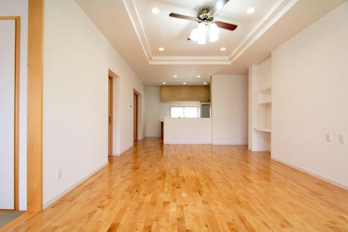 カバ桜無垢材の白色はお部屋に奥行きを出します(カバ桜床材 無垢フローリング)