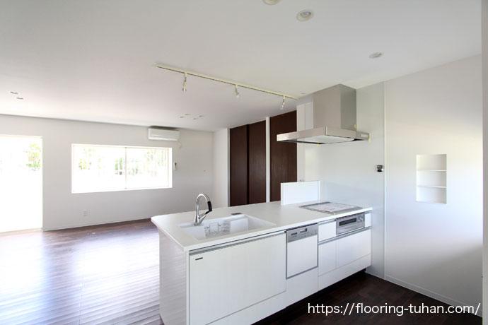 白を基調としたキッチン、床はブラックウォールナット(アジアンウォールナット・着色)