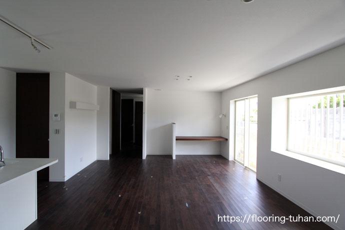 アジアンウォールナット無垢フローリング75巾ユニタイプ塗装品(着色・ブラック)を使用した戸建て住宅