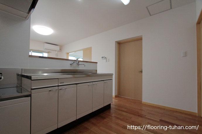 アパートのキッチン床材としてチェリーの無垢フローリングを使用