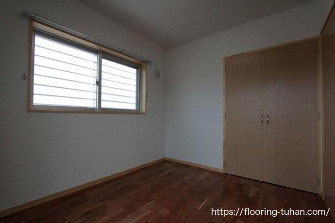 チェリー無垢フローリングをアパートの1部屋、床材として使用