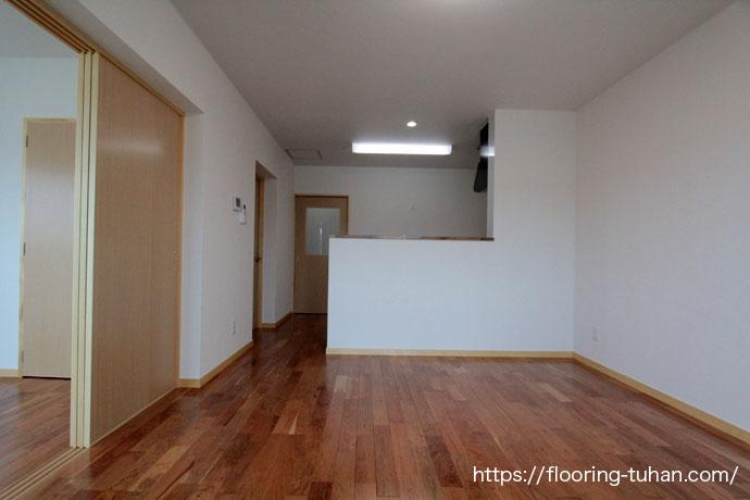 少し赤みがかったナチュラルのチェリー材をアパートの1部屋に使用