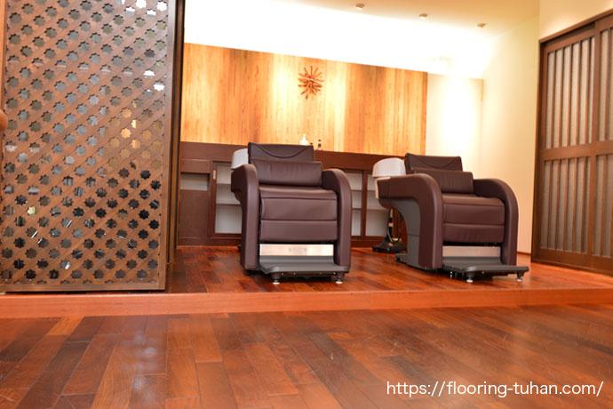 花梨(カリン)無垢フローリングを美容室の床材として使用(花梨材/無垢材/無垢フローリング/フローリング/カリン材)