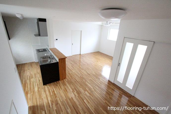 2階から見たセランガンバツ材(アリーウッド)を使用したリビングの床