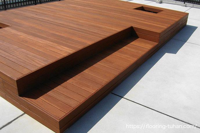 ビルの屋上スペースを上手く活用しウッドデッキテラスを作成(セランガンバツ材/ウッドデッキテラス/ビル屋上)