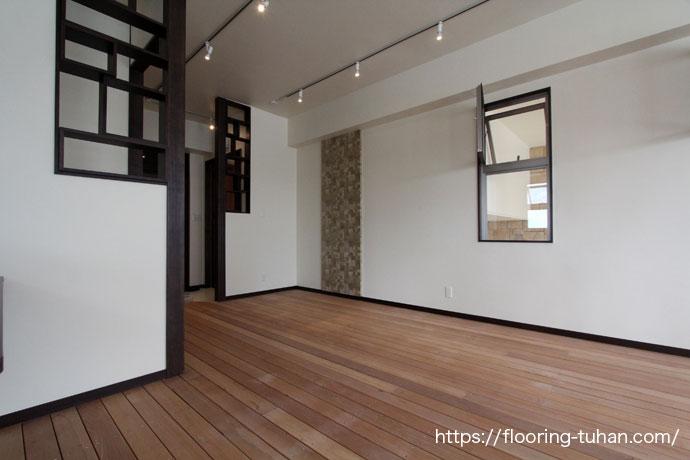 セランガンバツ・ウッドデッキ材を店舗の床として使用