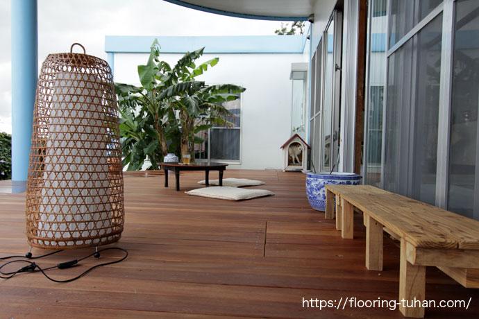 セランガンバツウッドデッキ材を使用して、中庭にテラスを作成されたお宅(セランガンバツ材/ウッドデッキテラス/ベランダ/庭 デッキ材/ウッドデッキ ベランダ)