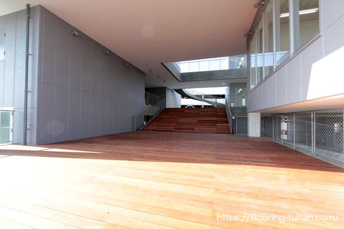 幅広デッキ材で解放感のあるテラスに仕上げた専門学校