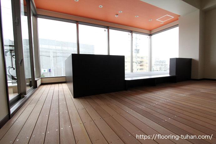 店舗の床材として使用したデッキ材