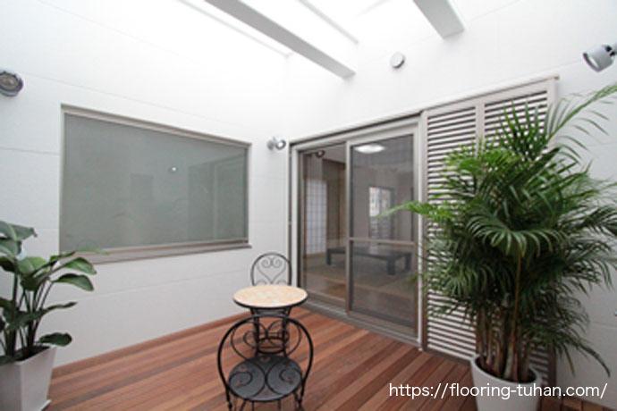 セランガンバツ・ウッドデッキ材を坪庭に使用した2世帯住宅(セランガンバツ材/デッキ材/バンギライ)
