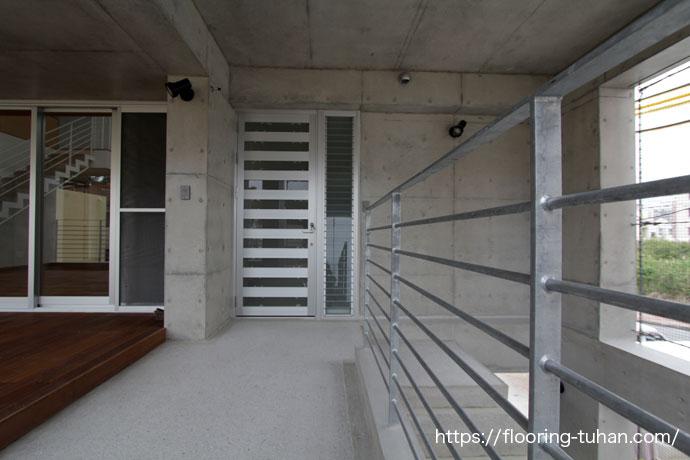 玄関のすぐ横隣りにウッドデッキテラスを作成された住宅