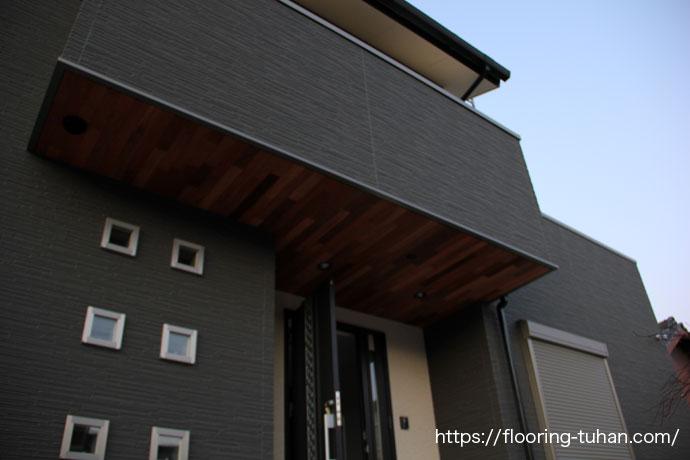 セランガンバツ材が軒天をオシャレな雰囲気にしています