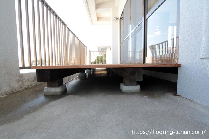 2階増築部分にデッキ材でテラスを作製し設置したお宅