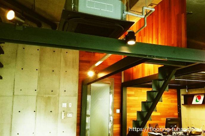 室内を柔らかく魅せる間接照明とセランガンバツ壁面