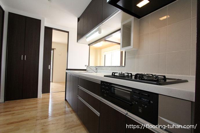 床を白系統フローリングにしたキッチン