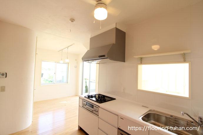 白フローリングを使用したキッチン(カバ桜、無垢の床)