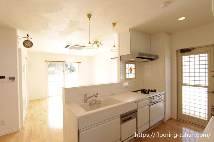 白を基調としたキッチン(カバ桜無垢フローリング/床材 カバ桜/無垢床/白フローリング)
