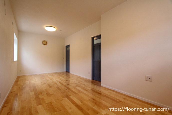 白基調のカバ桜フローリングはお部屋を温かい雰囲気にします。