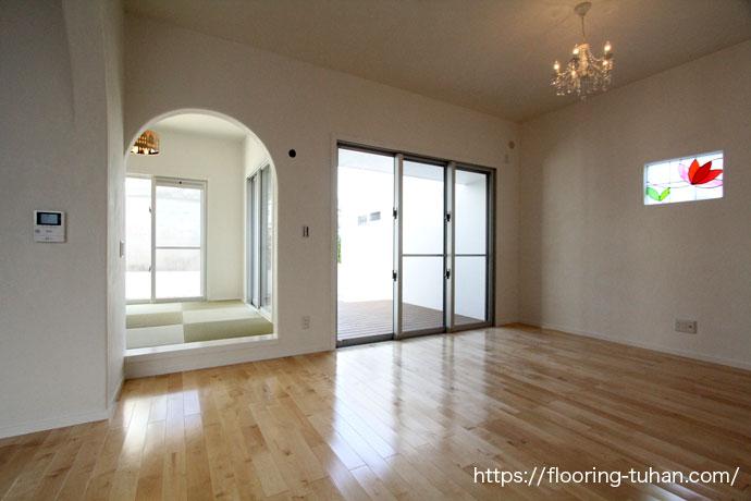 床材にはカバ桜材を使用し、太陽の光が差し込む素敵なお部屋に仕上っています。