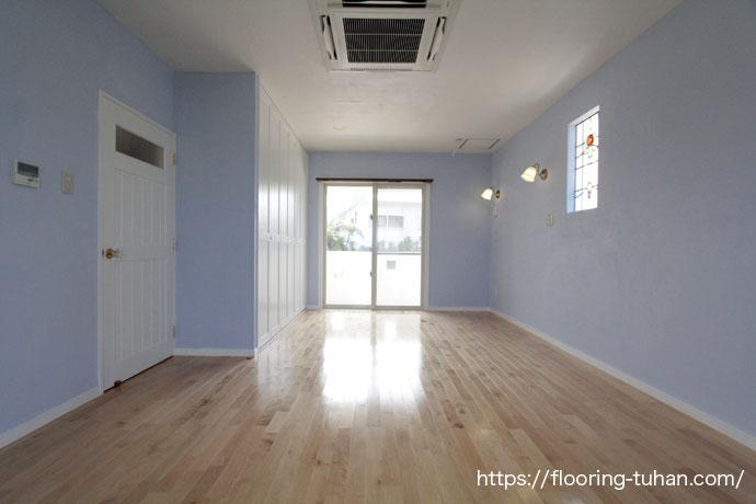 エメラルドブルーの海が一望できるのが特徴的な階部屋に、カバ桜無垢フローリング