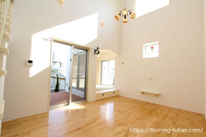 カバ桜材を使用した無垢の床、広々としたリビング