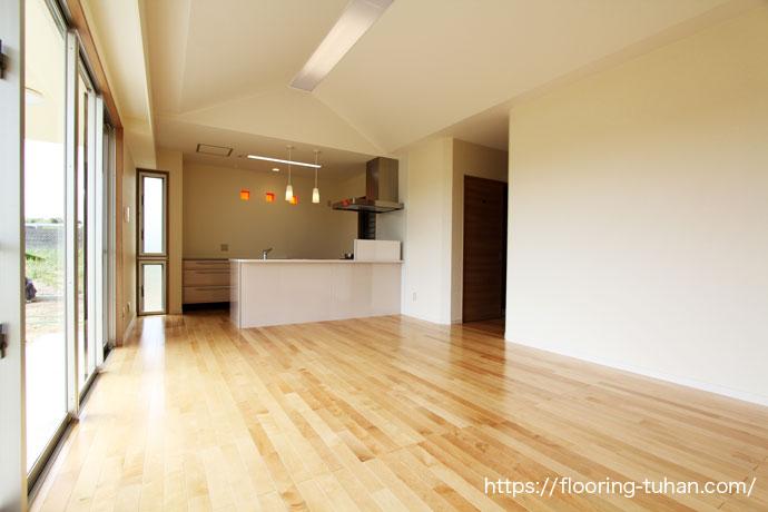 節あり床材で自然な明るさ演出したカバ桜無垢フローリングの家