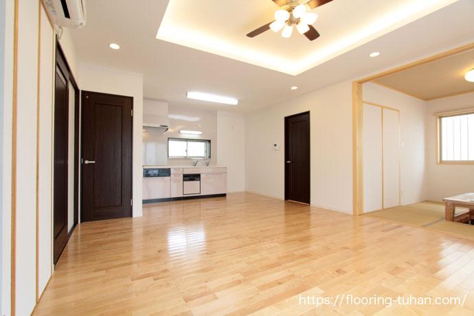 白を基調とした2階建て住宅