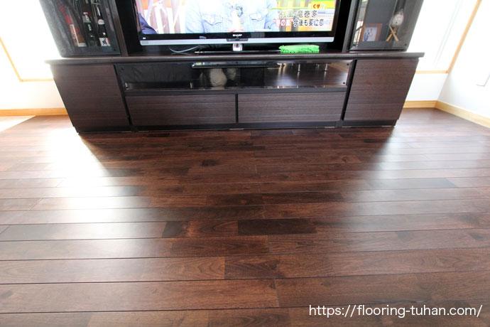 艶がなく、落ち着いた雰囲気の黒床、アジアンウォールナット無垢フローリング75巾ユニタイプ塗装品(着色・ブラック)