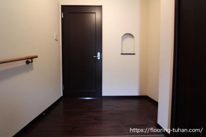 白壁と黒床、シンプルなつくりのお家