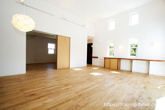 光が優しく差し込む木造住宅の家、本栗無垢フローリング75巾ユニタイプ自然オイル塗装仕上げ
