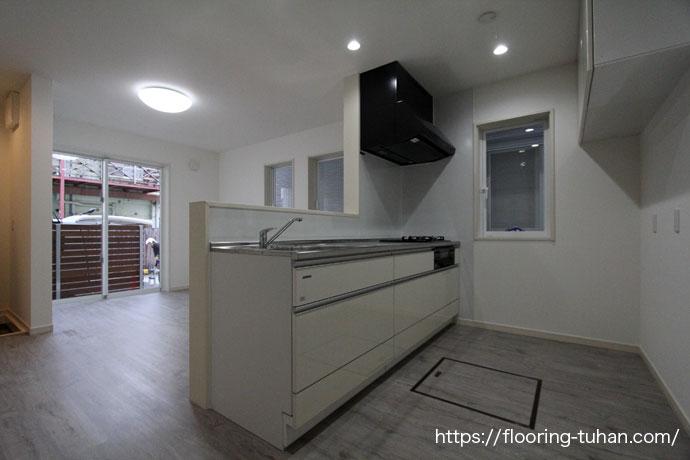 キッチンの床材として、PVCフローリング(デコクリック)を使用