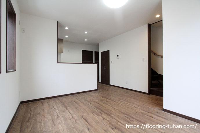 ダイニングの床材としてPVCフローリング(デコクリック)を使用したアパート