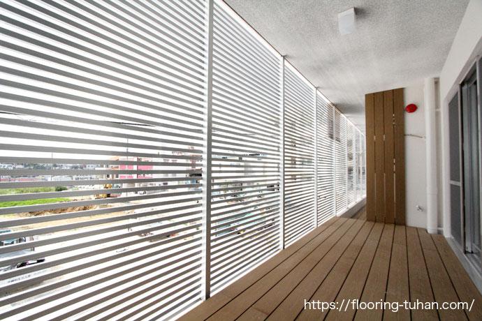 合成木でできたGウッドデッキ材をテラスで使用した新築戸建て住宅
