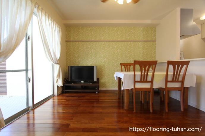 花梨に似た輝きを持つ床リングア無垢フローリングを使用した住宅